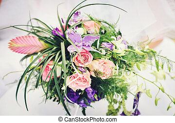 bridal bouquet, noha, noha, piros rózsa, és, bíbor virág