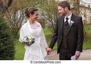 Bride and groom in garden - junge Brautleute am Hochzeitstag...