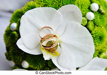 bride bouquet and  wedding  gold rings