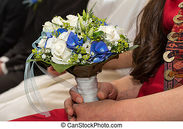 Bridesmaid holding bridal bouquet - Brautstrauss von...