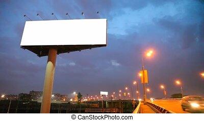 bridzs, város, autók, mozgató, éjszaka, hirdetőtábla, üres