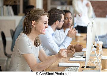 brief, krijgen, vrouwelijke werknemer, bevordering, opgewekte, triomf
