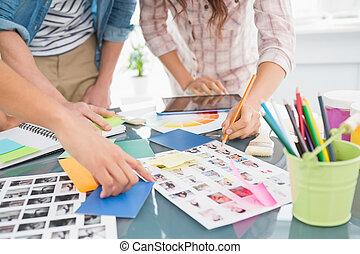 briefing, photos, édition, collègues, ensemble