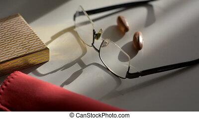 bril, leugen, op, een, lichte lijst, en, de, motie, van,...