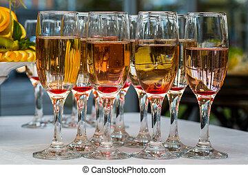 bril, met, champagne, en, vruchten