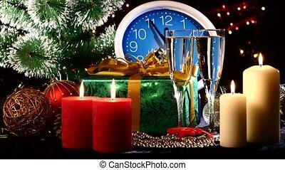 bril, met, champagne, op, jaarwisseling, eva, tegen, de klok van de muur, kaarsjes, kadootjes, en, kerstboom, bokeh, guirlande, op, black