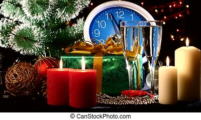 bril, met, champagne, op, jaarwisseling, eva, tegen, de klok van de muur, kaarsjes, kadootjes, bokeh, guirlande, op, black , nok, bewegingen, om te, de, rechts