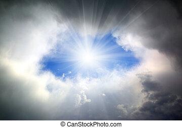 brilhar sol, através, buraco, em, nuvens