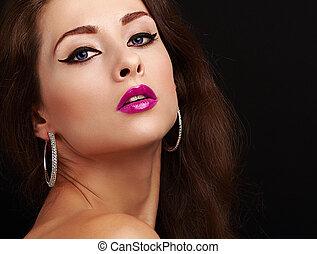 brillante, sexy, maquillaje, con, negro, flechas, y, rosado brillante, lips., primer plano, retrato