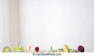 brille, von, saft, gemuese, und, früchte, auf, tisch