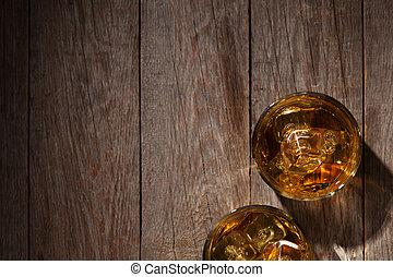 brille, von, whiskey, mit, eis, auf, holz