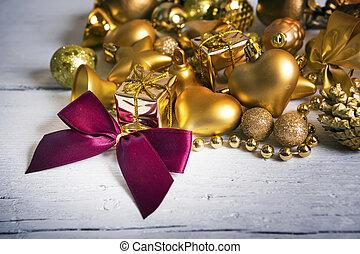 Brilliant gold baubles