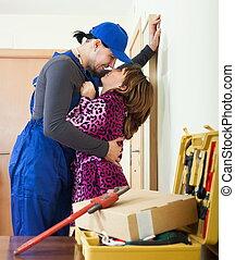 brincalhão, encanador, flertar, com, dona de casa