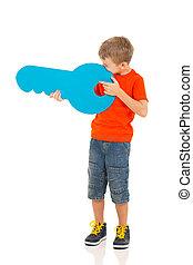 brincalhão, menino, com, papel, tecla