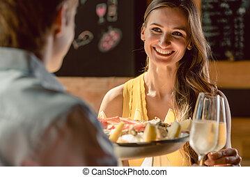 brindar, amor, par romântico, jantar, durante, champanhe, feliz