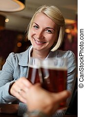 brindar, cerveza, mujer, joven, bar