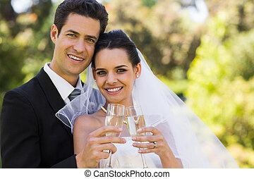 brindar, champanhe, parque, recém casado, flautas