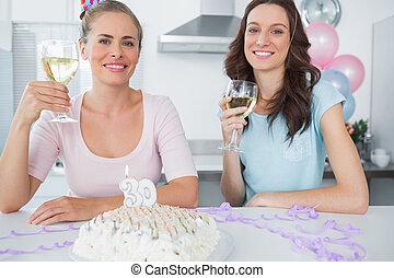 brinde, alegre, aniversário, tendo, mulheres