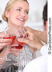 brinde, com, copos de vinho