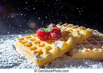brinde, despejar, close-up, doce, topo, peneiração, luz solar, açúcar, framboesas, pretas, pó, fundo, macro, sprig, waffles, hortelã, folhas