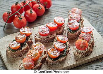 brindes, com, tahini, e, hortelã, molho, e, tomates cereja