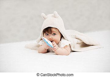 brinquedo, cobertor, retrato, bebê, lar, menina, tocando