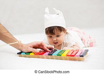 brinquedo, cobertor, xilofone, bebê, lar, menina, tocando
