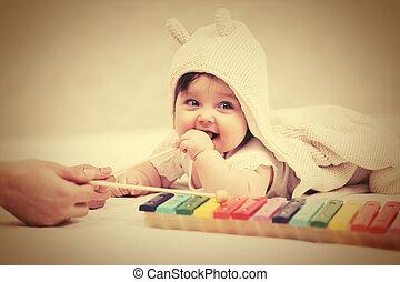 brinquedo, cobertor, xilofone, tocando, ano, bebê, lar, menina, metade
