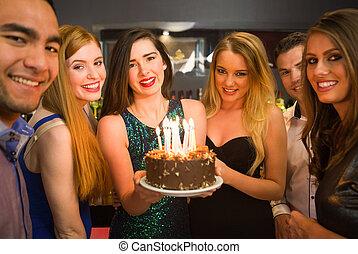 brithday, een, vieren, jarig, vasthouden, taart, vrienden,...