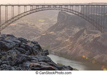 bro, ostadig, perrine, över, solnedgång, ser, ute, klippa