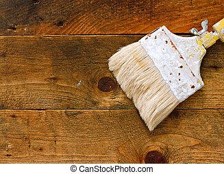 brocha usada, en, viejo, tabla de madera