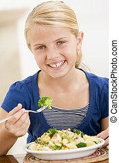 brocolli, mangiare, giovane, dentro, pasta, ragazza sorridente