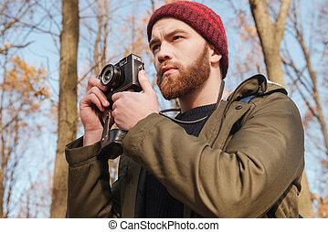 brodaty, forest., aparat fotograficzny, poważny, używając, człowiek