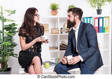 brodaty, kobieta, kierownicy, pracujący, handlowy, pokój, nieformalny, przewodniczy, dyskusja, meeting., zrobienie, teacup, ekspert, biuro., break., podczas, spotkanie, towarzystwo, czuciowy, człowiek