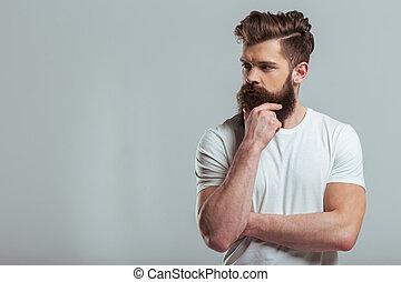 brodaty, młody mężczyzna