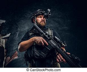 brodaty, wojska, obserwuje, żołnierz, prywatny, kontrahent, karabin, otoczenie, napaść, szczególny, dzierżawa, noc, wojskowy, goggles., albo, widzenie