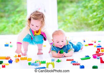 broer en zus, spelend, met, kleurrijke, blokjes