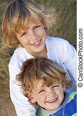 broers, zonnig, weinig; niet zo(veel), samen, twee jongens, strand