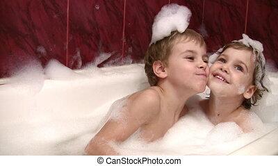 broertje, meisje, bad