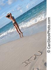 bronceado, mujer, en la playa, con, palabras, te amo