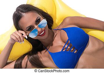 bronzé, brunette, bicini, lunettes soleil, sexy