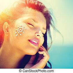 bronzage, elle, girl, face., crème, demande, soleil bronze, beauté