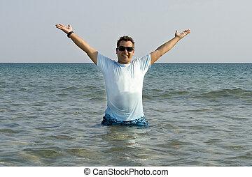 bronzeado, homem saltando, saída, de, a, mar, com, respingo