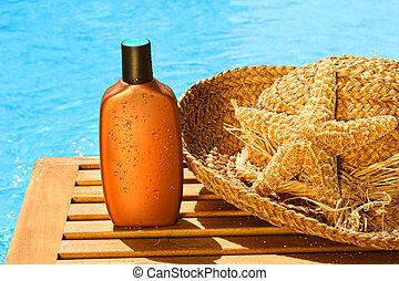 bronzeando, loção, com, chapéu sol, por, a, piscina