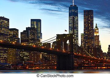 Brooklyn Bridge with lower Manhattan skyline in New York ...