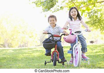 bror och syster, utomhus, på, bicycles, le