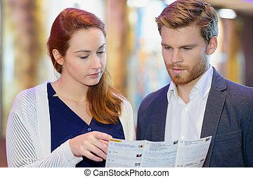 broschyr, stående, par, holdingen