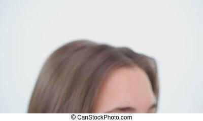 brossage, brun, femme, elle, cheveux, paisible