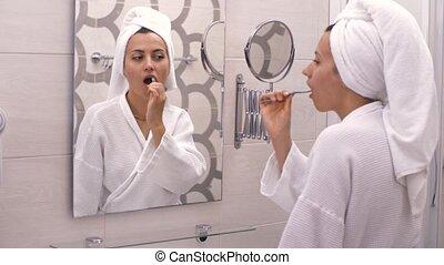 brossage, devant, dents, elle, miroir, femme