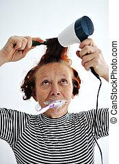 brossage, femme, sécher, cheveux, dents, personne agee